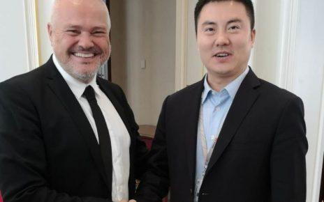 Jan Ziskasen, samtaksstjóri á Føroya Tele, saman við Deng Taihua, President for Wireless Solutions hjá Huawei.